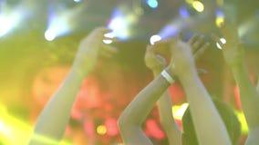 Het koele overleg van de nachtrots in de voorrij van de menigte van applaus onder het licht van verlichting Langzaam motieclose-u stock video