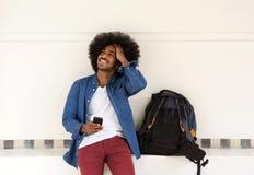 Het koele reiskerel ontspannen met mobiele telefoon Stock Foto's