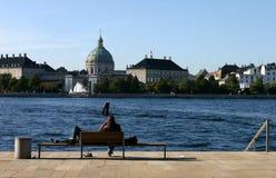 Het koelen bij Kopenhagen opera Stock Afbeelding