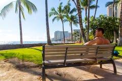 Het koelen van en het genieten van het van leven in Hawaï stock fotografie