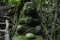 Het koelen van het standbeeld van Boedha in de groene, aapbos van Bali stock foto