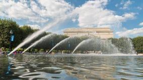 Het koelen weg bij de fontein Royalty-vrije Stock Afbeelding