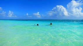 Het koelen weg in de schitterende Caraïbische Zee royalty-vrije stock fotografie