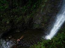 Het koelen weg onder een waterval Stock Foto's