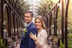 Het koesteren van de bruid en van de bruidegom Stock Fotografie