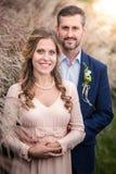 Het koesteren van de bruid en van de bruidegom Stock Afbeeldingen