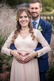 Het koesteren van de bruid en van de bruidegom Royalty-vrije Stock Afbeeldingen
