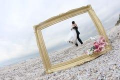 Het koesteren van de bruid en van de bruidegom Royalty-vrije Stock Afbeelding