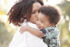 Het koesteren van de moeder en van de zoon Stock Fotografie