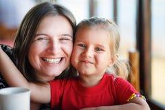 Het koesteren van moeder en dochter Stock Foto's