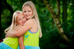 Het koesteren van tweelingen Stock Foto's