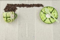 Het koffiemenu, die dranken voorbereiden is, koffie op een wit tafelkleed met kop Stock Foto