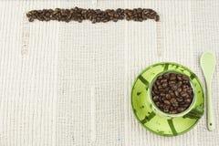 Het koffiemenu, die dranken voorbereiden is, koffie op een wit tafelkleed met kop Stock Foto's