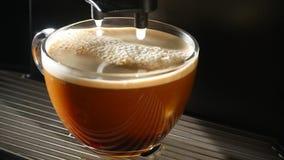 Het koffiezetapparaat giet koffie in een kop Close-up stock footage