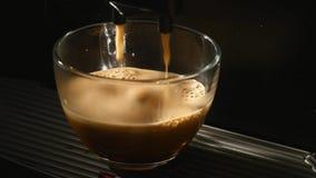 Het koffiezetapparaat giet koffie in een kop Close-up stock video