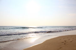 Het Koggala-strand en de Indische Oceaan op een heldere Zonnige dag Stock Foto