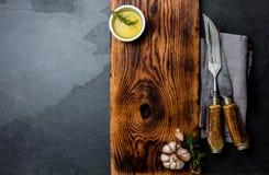 Het koken achtergrondconcept Uitstekende scherpe raad met bestek Hoogste mening Stock Fotografie