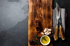 Het koken achtergrondconcept Uitstekende scherpe raad met bestek Hoogste mening Royalty-vrije Stock Foto's