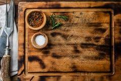 Het koken achtergrondconcept Vinrage scherpe raad met bestek Hoogste mening Stock Foto's