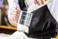 Het koken, beroep en mensenconcept - mannelijke chef-kokkok die voedsel maken bij restaurantkeuken royalty-vrije stock afbeeldingen