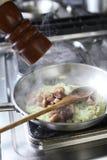 Het koken bij de keuken Royalty-vrije Stock Fotografie