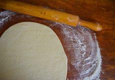 Het koken bij weekend Bakselpastei deeg Bloem Stock Foto's