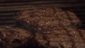 het koken burgers bij de hete grill met vlammen Roosterende vleesballen in restaurant stock footage