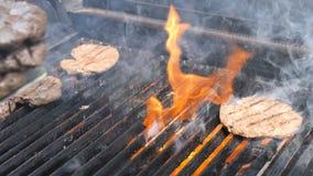 Het koken burgers en hamburgers het vlam geroosterde hosper kalfsvlees van het het rundvleesschaap van het vleesvarkensvlees en k stock footage