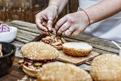 Het koken burgers het proces om huis-hamburger te maken stock foto