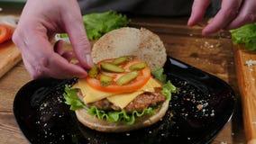 Het koken burgers het proces om huis-hamburger te maken royalty-vrije stock fotografie