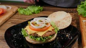 Het koken burgers het proces om huis-hamburger te maken royalty-vrije stock foto