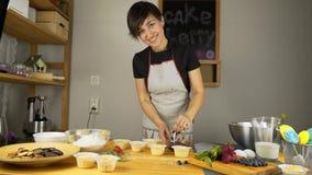 Het koken cupcakes Pas room toe stock videobeelden