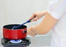 Het koken in de keuken Stock Afbeeldingen