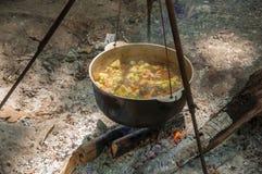 Het koken in de pot op de aard Stock Foto