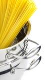 Het koken/de steelpan van het Italiaans met spaghetti Royalty-vrije Stock Fotografie