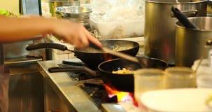 Het koken de Thaise markt van de voedselnacht Padthai