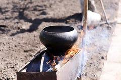Het koken in een pot bij het plattelandshuisje Royalty-vrije Stock Afbeelding