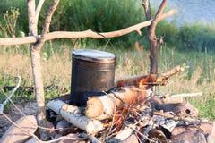 Het koken eet in bowlingspeler op de brand in stijging stock afbeeldingen