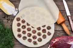 Het koken eigengemaakte pelmeni Royalty-vrije Stock Fotografie