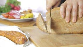 Het koken en het snijden brood stock videobeelden