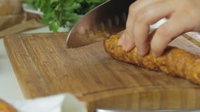 Het koken en het snijden worst stock videobeelden