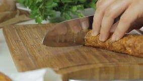 Het koken en het snijden worst stock video