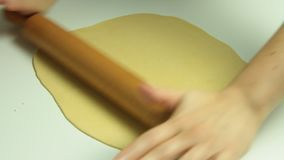 Het koken en het uitrekken zich deeg met deegrol stock video