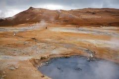 Het koken het geothermische gebied Namafjall Myvatn Noordoostelijk IJsland Scandinavië van mudpoolhverir stock foto's