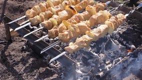 Het koken kebab op vleespennen Geroosterd vlees op mangal Kokend lamsvlees op hete houtskool Traditionele picknickschotel grillin stock videobeelden