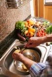 Het koken in keuken royalty-vrije stock afbeelding