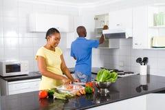 Het koken in keuken stock afbeelding