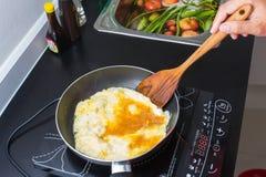 Het koken in keuken Stock Foto