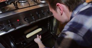 Het koken knoflookbaguettes thuis stock video