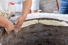 Het koken lavash in tandoor stock foto